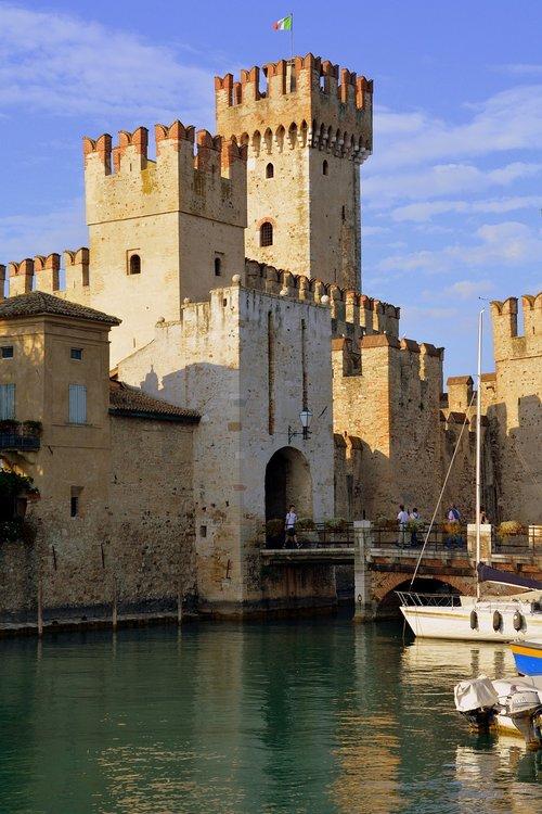 torre  castle  water
