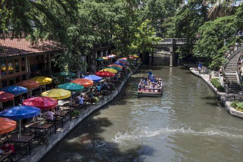 turistai,baržos,siteseeing,valtis,kelionė,upė,riverwalk,highsmith,paseo del rio,san antonio,texas,usa,pritraukimas,orientyras,vaizdingas,atsipalaiduoti,restoranas,stalai,skėčiai,ramus,lauke