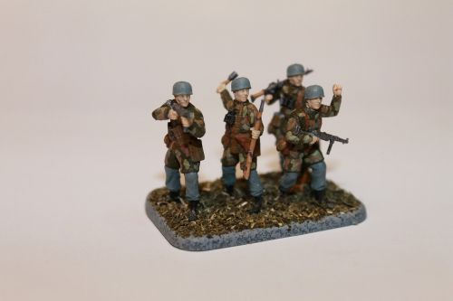 toy soldiers military paratroopers