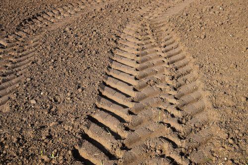 atsekti,traktoriaus bėgiai,Žemdirbystė,gabaritas,žemė,laukas,ariamasis,kryptis,toli,po to,pakartotinai spausdinti,molio dirvožemis,žemė,plikas žemė