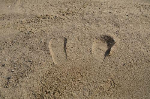 traces feet sand