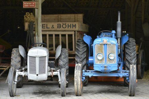 traktorius,oldtimer,Žemdirbystė,žemės ūkio transporto priemonė,ariama žemdirbystė,transporto priemonė,mėlynas,pilka,kaimas,Senovinis,ūkis