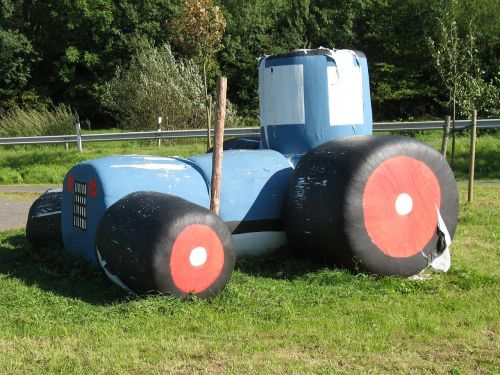 tractor countryside field maar