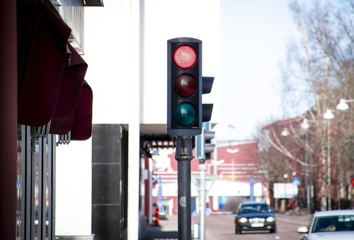 traffic lights  red  thinking about staying