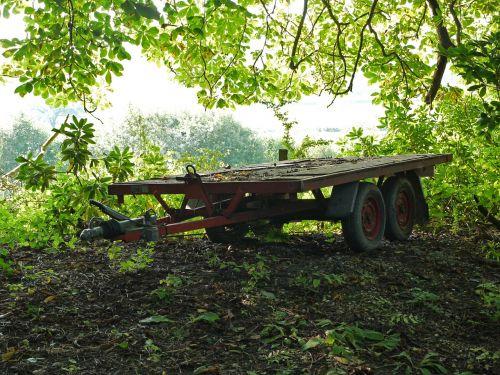 trailer wheels overhanging leaves