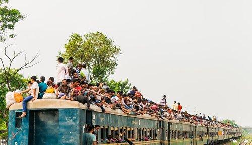 train  busy  crowd