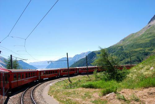 traukinys,raudona,Šveicarija,takelius,kalnai,kreivė