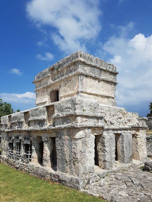 tulum pyramid ruins