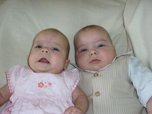 dvyniai,kūdikiai,broliai ir seserys,kūdikiai,naujagimis,berniukas,mergaitė,mielas,žavinga,nekaltas,melas,vaikystę,kartu,dvyniai,broliškas