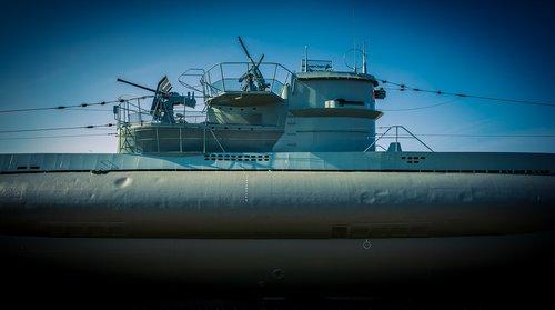u boat  tower  gun