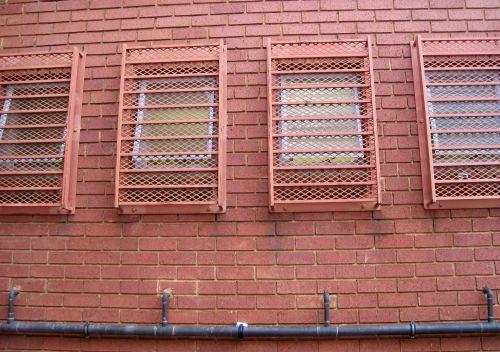 pastatas, plyta, raudona, langai, eksterjeras, viršutiniai langai mūriniame pastate