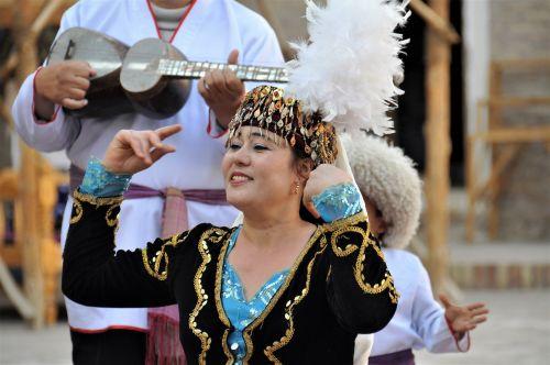 uzbekistan folklore costume