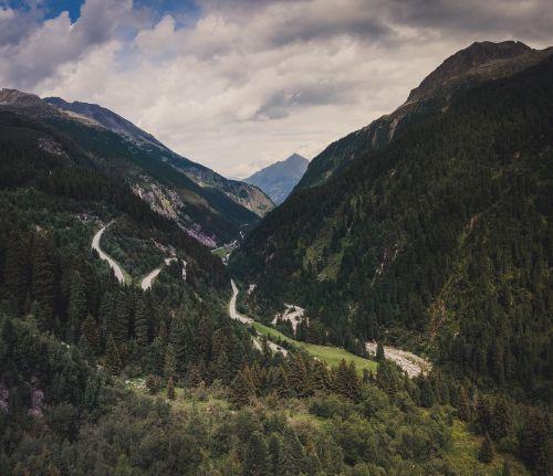slėnis, kalnai, kelias, gatvė, praeiti, eismas, gamta, kraštovaizdis, miškas, medžiai, spygliuočiai, diapazonas, kietas, upė, geologija, lenkta, serpentines, nuolydis, rampa, į kalną