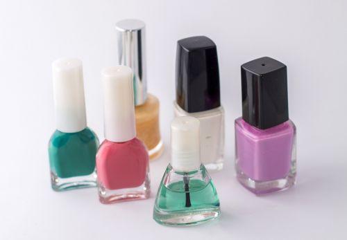 varnish nails hands