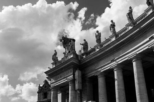 vatican statues pillars
