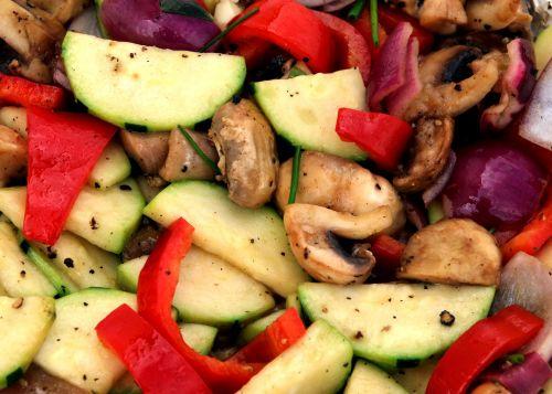daržovės,keptos daržovės,pan,kepkite,spalvinga,svogūnai,paprika,grybai,agurkas,sveikas,skanus,valgyti