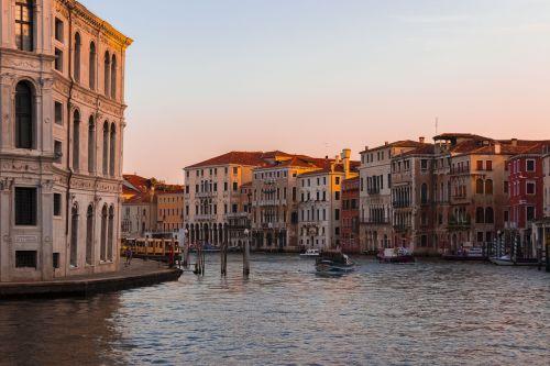 Venecija,italy,architektūra,kanalas,seni namai,miestas,namai,paminklas,gatvė,paminklai,valtys,haven,gondolos,arcade,turizmas,detalė,lubos,arcade,bazilika,gražus,grand,stulpelis,pastatas,kanalas,vanduo,atostogos,chiogja,kvadratas,įspaudas,balkonas,senovės,aukštas,langinės,tiltas,kelionė,gražus,Senamiestis,panorama,senamiestis,romantiškas vakaras,pastatai,vakaras