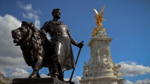 Victoria Memorial Statue