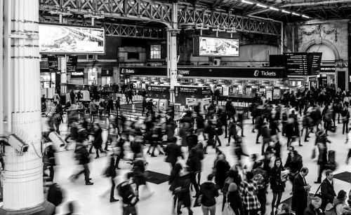 victoria station busy people