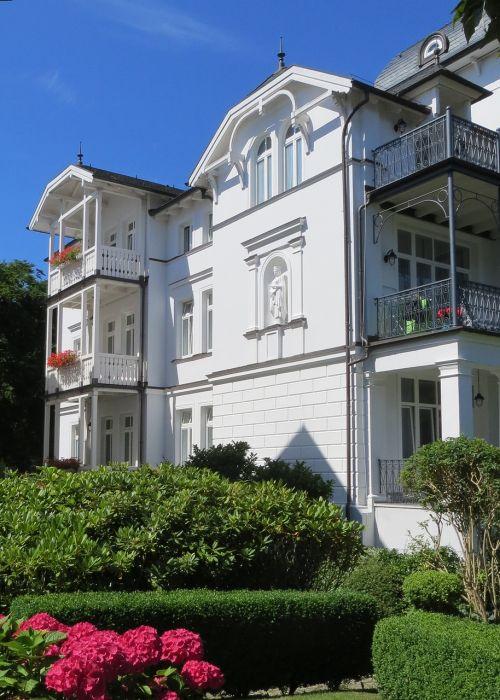 villa facade white