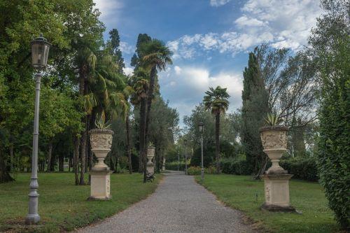 vila kortinas,sirmione,takas,sodas,statulos,skulptūros,gamta,italy,dangus,žalias,kelionė,lauke,kraštovaizdis,turizmas,vasara,kelias,pėsčiųjų takas