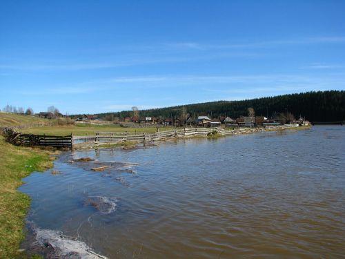 kaimo karoliukai,upė koiva,mėlynas dangus,debesys,atspindys,cumulus,balta,saulė,diena,gamta