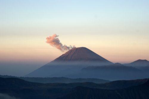 volcano cloud of smoke indonesia