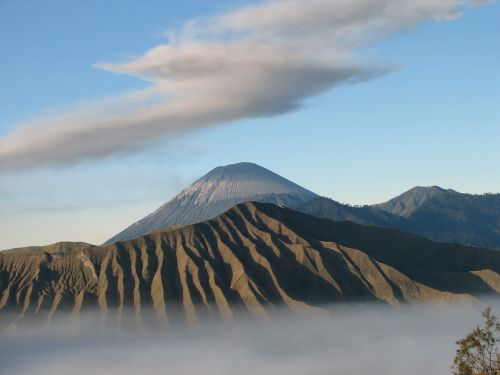 volcano indonesia clouds