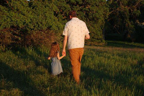 vaikščioti, vaikščioti, žmonės, vyras, mergaitė, suaugęs, žolė, pratimas, gamta, aktyvus, gyvenimo būdas