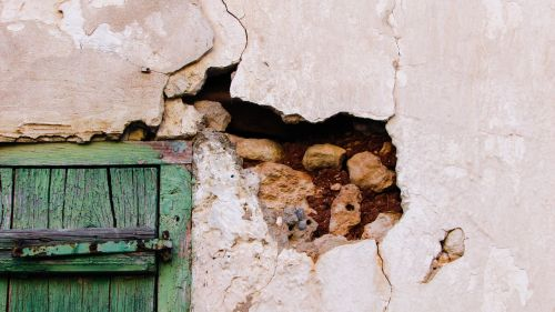 wall crack hole