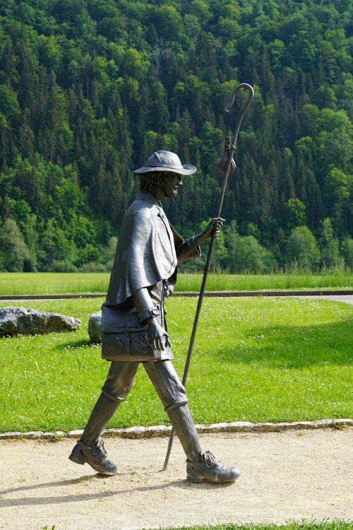 wanderer hiking statue