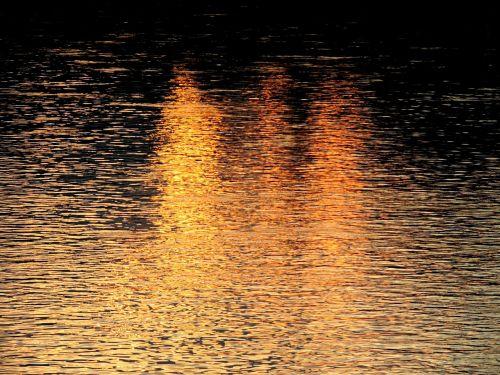 water mirroring light
