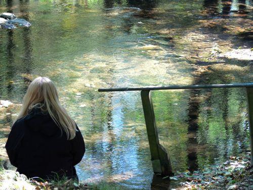 vanduo,upė,sklandžiai,poilsis,moteris,blondinė,tylus,mintis,mąstymas,srautas,ruduo,skaidrus vanduo,vandenys,paviršius,apšviestas,skaidrus,bankas,kelti,frisch,aišku,ruhr,Sauerland,melankolie,gyvenimo eliksyras,geriamas vanduo,sveikas