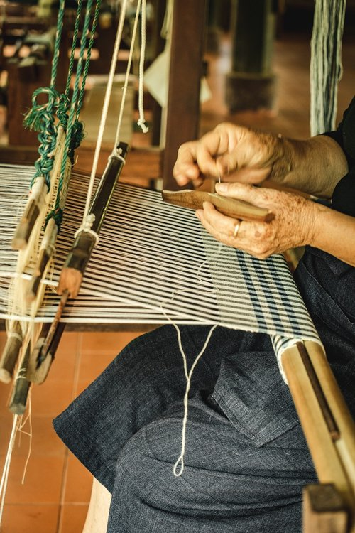 weaving  hand  carpet