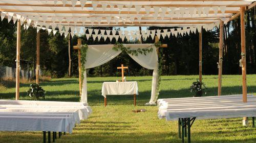 Vestuvės,altorius,suolai,gamta,tuoktis,santuoka,meilė,balta,šventė,romantika,vestuvių ceremonija,sėkmė,romantiškas,festivalis,anksčiau