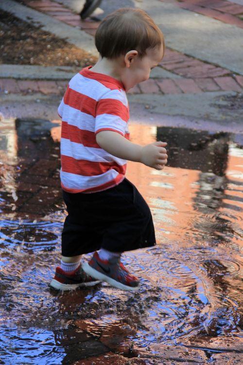 wee kid splashes