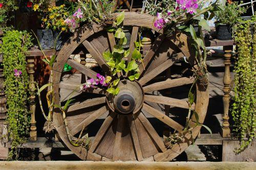 ratas,vežimo ratas,senas,mediena,medinis,gabenimas,vintage,Vakarų,kaimiškas,apvalus,stipinai,rankų darbo,koncentratorius,ūkis,istorinis,ištemptas,ruda,ratas,vežimėlio ratas,retro,dekoratyvinis,Senovinis,apdaila,dėvėti