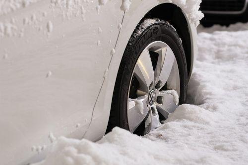 ratai,ratlankiai,automatinis,automobilis,automobilis,transporto priemonė,naujas,padanga,įranga,transportas,žiema,sniegas,šaltas,ledas,balta,sunkus,padengtas,įstrigo,jokio išėjimo,guma,apvalus,prisnigo į