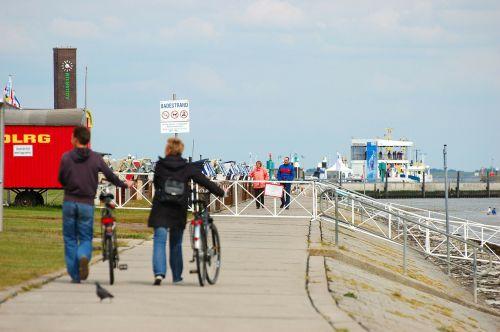 wilhelmshaven beach promenade walkers