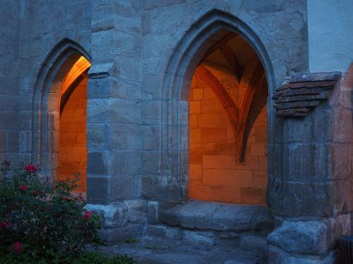 langas,lanko langas,įžvalga,vienuolynas,vienuolynas lorch,vienuolynas,lorch,benediktinas vienuolynas,baden württemberg,Vokietija,namo vienuolynas,Hohenstaufeno namas,pastatas,architektūra,gauja,skydas,romantiškas,egzaminas,šviesa,šviesos efektas,apšviestas