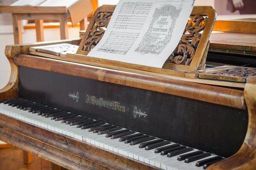 wing  piano  keyboard instrument