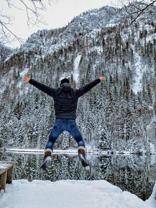žiema,ežeras,džiaugsmas,šokinėti,žmogus,žmogaus šuoliai,vyras šokinėja,džiaugsmingas šuolis,vyras,vyras ant ežero