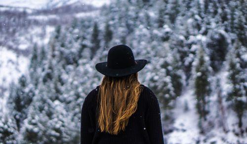 moteris,miškas,juoda kepurė,striukė,džemperis,megztinis,šaltas,sniegas,žiema,pušys,pušys,pušynas,kalnai,kalvos,scena,peizažas,vaizdingas,vaizdas,gamta,natūralus,mergaitės,moterys,moterys,žmonės,asmenys,ilgi rudi plaukai,rudi plaukai,lauke,žalias,balta,Šalis,kaimas