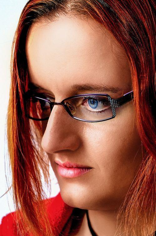 moteris,akiniai,portretas,raudoni plaukai,raudona,tiesūs plaukai,trumpi plaukai,vidutiniai plaukai,karoliai,juoda karoliai,jaunas,puiki oda,nepriekaištinga oda,mėlynos akys,veidas