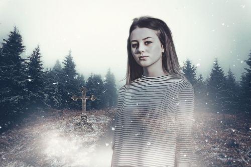 moteris,Moteris,jaunas,mergaitė,vaiduoklis,vaiduoklis,miškas,medžiai,greitkelis,kapas,kapinės,kapas,rūkas,creepy,tamsi,siaubas,paslaptis,mįslingas,žiema,sniegas