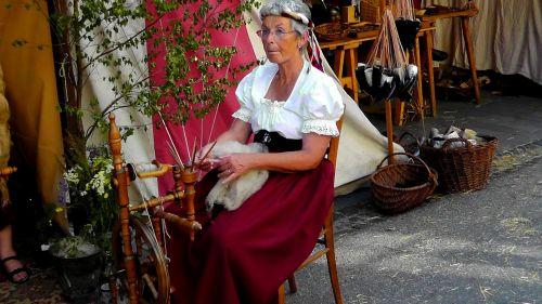 moteris,verpimo ratelis,vilnos,darbas,nugara,amatų,ranka,Viduramžiai,sriegis,senas,mediena,rankų darbas