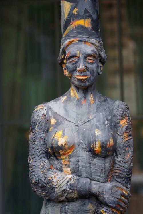 woman woman sculpture contrast