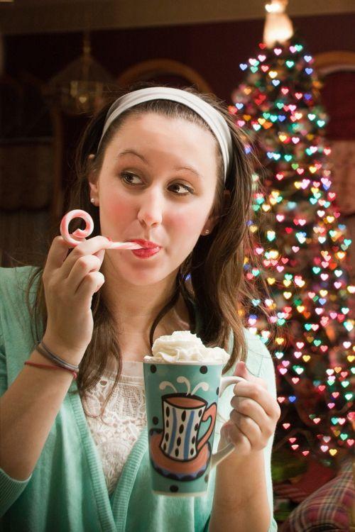 moteris,gerianti karštą šokoladą,Kalėdų eglutė,Kalėdos,medis,gerti,šokoladas,puodelis,gėrimas,ūkis,taurė,šventė,xmas,šiltas,šventė,sezonas