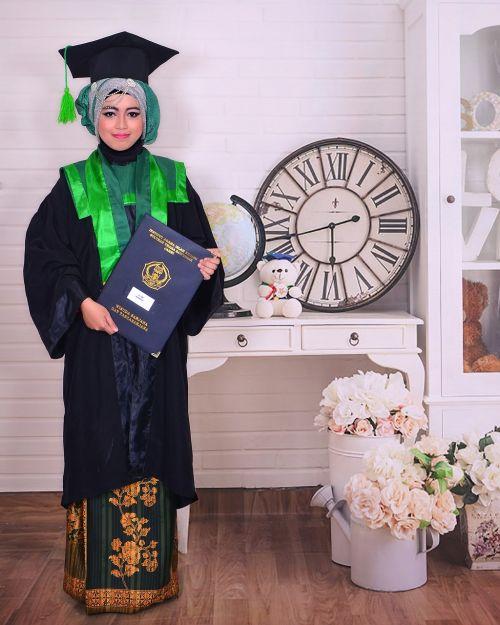 women graduation young