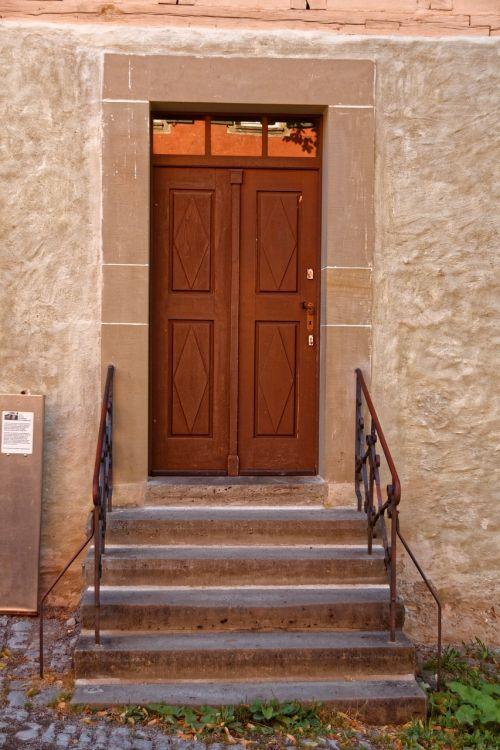 medinės durys,durys,senas,mediena,įvestis,namo įėjimas,priekinės durys,namai,prieiga,laiptai,palaipsniui,turėklai,turėklai,pastatas,kalvotas geležis,ornamentas,istoriškai,smėlio-kalkių plytos,smėlio akmuo,akmuo